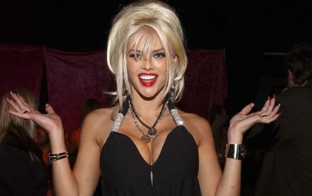 Анна Николь Смит. Передозировка в Hard Rock Hotel во Флориде. Звезда Playboy Анна Николь Смит умерла в 2007 году. Тяжело переживая гибель сына от наркотиков и добиваясь получения опеки над дочерью, она умерла от передозировки снотворным. В крови модели было еще как минимум восемь разных препаратов.