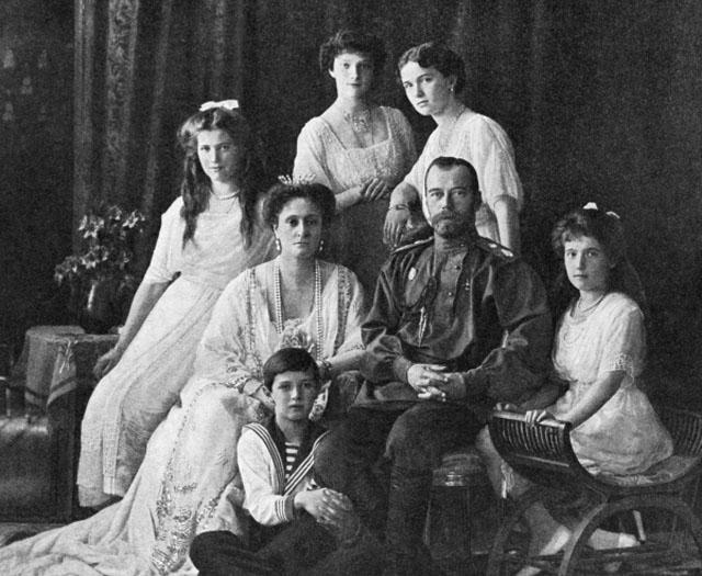 ...их дети - великие княжны Ольга, Татьяна, Мария, Анастасия, наследник престола цесаревич Алексей, а также четверо слуг.