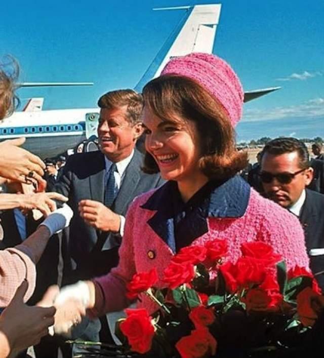 Жаклин Кеннеди, вдова президента США Джона Кеннеди. Шоком для всей Америки стало убийство Джона 22 ноября 1963 года. А Жаклин в окровавленном розовом костюме Chanel стала символом скорби Америки.