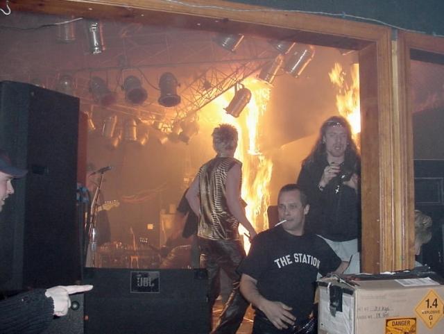 Причиной трагедии стала поломка пиротехнической машины, задымление и возникшая в результате давка. В произошедшем обвинили музыкантов и организаторов шоу.