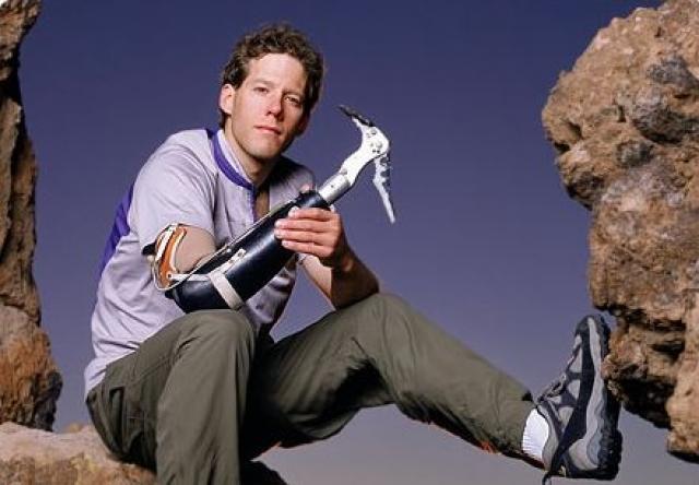 За время, проведенное прикованным к скале, Ралстон потерял 20 кг. Лишившись руки, Арон не потерял спортивный дух, он совершил восхождение в одиночку на вершину Денали и спустился с высоты в 7 тысяч метров на лыжах и это не было его последним достижением.