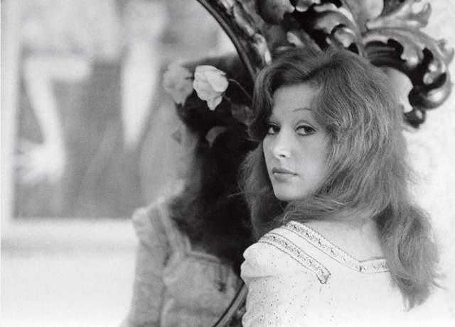 """Песни Пугачевой становились практически национальными хитами, что позволило ей завоевать статус """"Королевы эстрады"""". Репертуар певицы насчитывает порядка 100 сольных альбомов, общий тираж которых достигает 250 млн экземпляров."""
