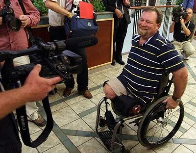 В таком положении дрезина протащила его 25 метров, разрезав туловище стрелочника практически пополам. Он смог позвонить 911 и ждал помощи в течение 45 минут. Труман перенес 23 хирургические операции, утратив правую и левую ногу, таз и левую почку.
