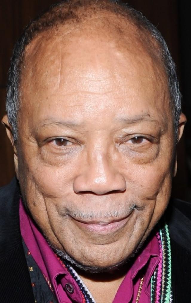 У музыканта Квинси Джонса шрам прямо на лбу, который остался после операции на мозге по удалению аневризмы.