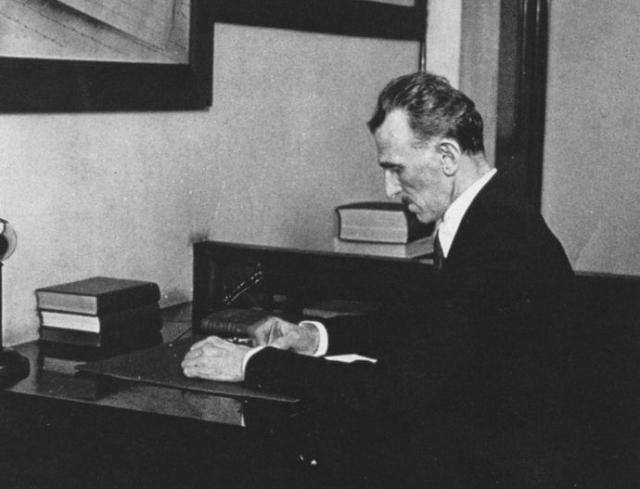 Изобретатель очень любил животных и, в частности, разводил голубей. Кроме этого Тесла боялся микробов - постоянно мыл руки и требовал в отелях до 18 полотенец в день.