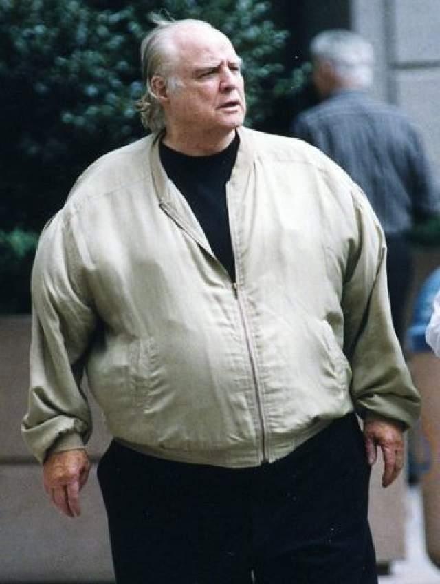 Всеми брошенный и разоренный, тяжело больной, он умер в одиночестве на Таити - от последней стадии ишемической болезни сердца и ожирения. Примечательно то, что после смерти родственники нашли в жилище подробный сценарий похорон Марлона Брандо, созданный им самим.