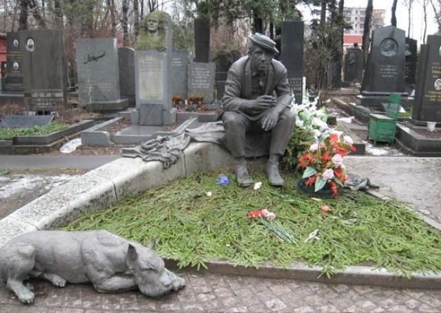 Скончался 21 августа 1997 года из-за осложнений после операции на сердце, похоронен с воинскими почестями на Новодевичьем кладбище
