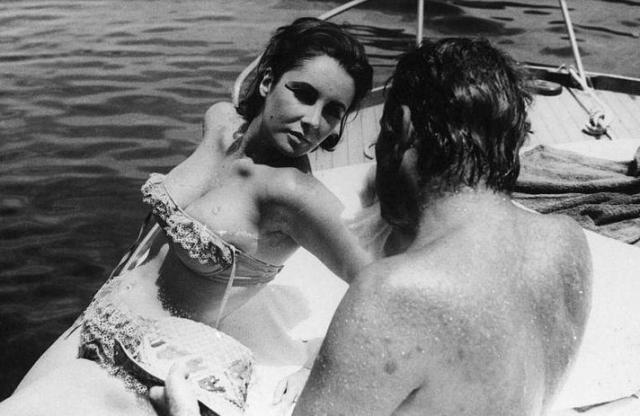 """Элизабет Тейлор и Ричард Бертон. Ставшие впоследствии """"золотой"""" парой Голливуда, актеры начали свои отношения, будучи в браке с другими людьми."""