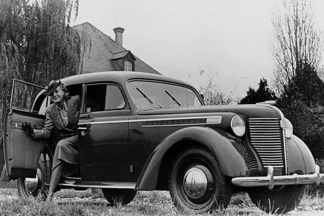 Командующий американской оккупационной зоной не взял денег, привезенных советской делегацией, и распорядился отдать русским все необходимое с завода Опель. 4 декабря 1946 года был собран первый Москвич .