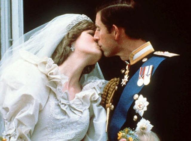 Вся церемония стоила королевской семье три миллиона долларов и стала чрезвычайным торжеством. Знаменитый поцелуй молодых на балконе разлетелся в открытках по всему миру.