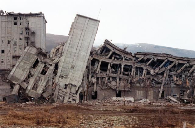 Дома превратились в могилы, похоронившие под своими обломками и живых, и мертвых.