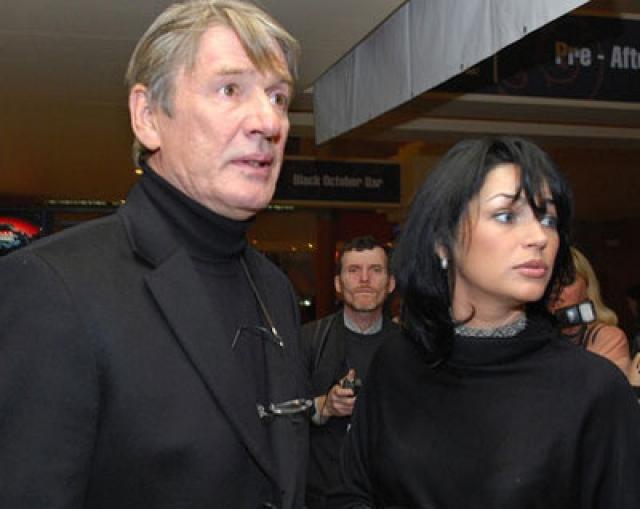 Александр Абдулов. В 2000-х актер продолжал много сниматься, играл в театре, пробовал себя в качестве режиссера, а также наслаждался семейной жизнью с молодой женой.