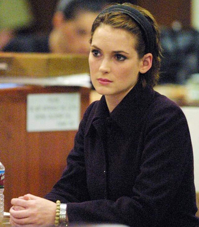 """Вайнона Райдер. Актриса попала на скамью подсудимых в 2001 году, причем, обладательница многомиллионного состояния попалась на краже дизайнерской одежды из магазина """"Saks Fifth Avenue"""" в Лос-Анжелесе."""