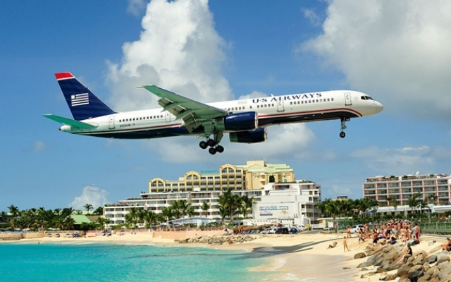 В число аэропортов-рекордсменов также включена авиагавань Принцессы Юлианы на острове Святого Мартина. Ее взлетно-посадочная полоса вплотную прилегает к пляжу Махо, и самолеты вынуждены, заходя на посадку, пролетать в 10 метрах от голов туристов.