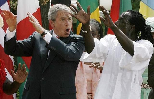 Джордж Буш. 27 апреля 2007. Буш-младший всегда любил потанцевать, вот и во время мероприятий, посвященных Дню борьбы с малярией, он не отступил от правил. Буги-вуги он станцевал прямо на лужайке Белого дома, куда пригласили западноафриканскую танцевальную труппу Kankouran. В какой-то момент он сам начал бить в барабан.