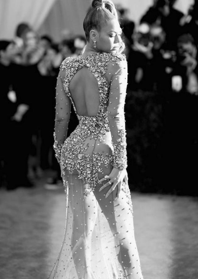 Платье Бейонсе от Givenchy стало центром внимания на Met Gala в 2015 году.