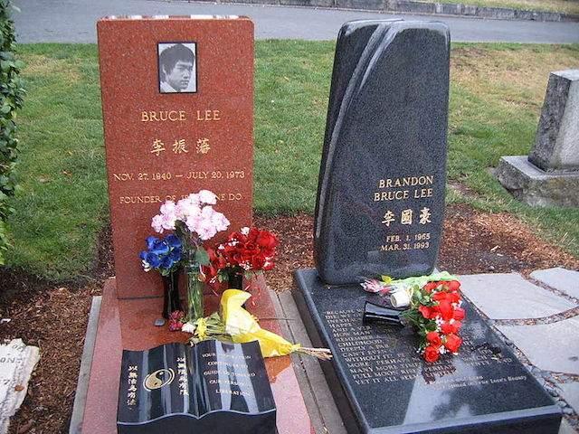 Памятник Брюса Ли на кладбище Лейквью в Сиэтле привлекает людей со всего мира.
