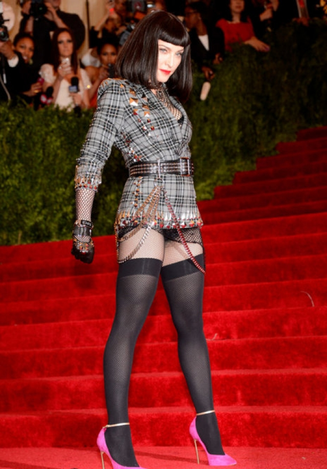 """Мадонна на вечере в Институте Костюма - 2013 Met Gala at the Metropolitan Museum of Art. Вряд ли от поп-дивы можно было ждать классическую твидовую """"тройку""""."""