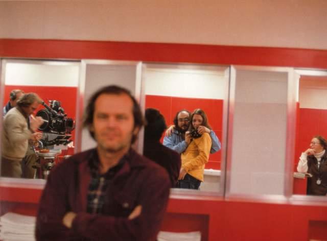 13. Кубрик обнимает свою дочь и фотографирует Николсона в отражении. Кстати, во время съёмок картины дочь режиссера не расставалась с ручной камерой: отснятый ею материал стал документальным фильмом «Номер 247», посвящённом созданию «Сияния».
