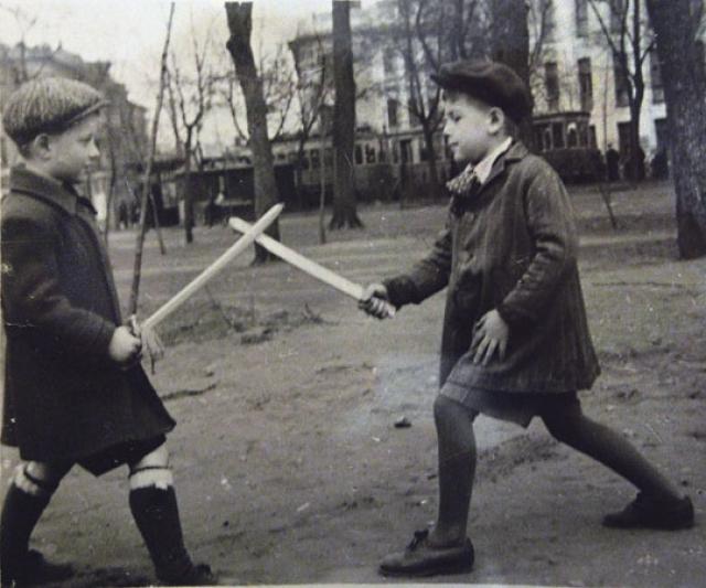Детство будущего актера было вполне обычным: он обожал мороженое, бегал смотреть кино, собирал значки и гонял в футбол.