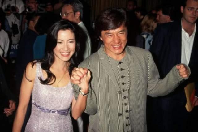 В вопросах, связанных с личной жизнью, знаменитый актер довольно скрытен. По вероисповеданию он буддист. 1 декабря 1982 года он зарегестрировал брак с тайваньской актрисой Джоан Линь и уже через два дня, 3 декабря, у низ родился сын Чан Цзнумин, который позднее стал известен под именем Джесси Чан как певец и актер.