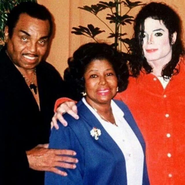 """В 2003 году сам Джозеф признался """"Би-би-си"""", что избивал Майкла, когда тот был ребенком. Поп-исполнитель же впервые открыто заговорил об унижениях, которые ему приходилось терпеть в детстве, в интервью с Опрой Уинфри в 1993 году."""