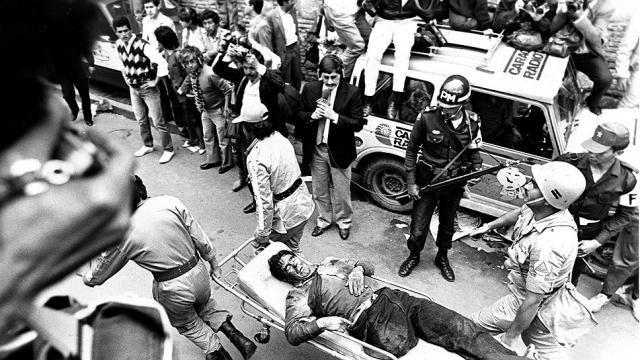 Но министр юстиции Родриго Лара Бония развернул широкую кампанию против вложения «грязных» кокаиновых денег в предвыборную гонку. В итоге Пабло Эскобар в январе 1984 года был исключен из колумбийского Конгресса и его политическая карьера закатилась раз и навсегда. Эскобар этого не забыл. 30 апреля 1984 года министерский «Мерседес» Бонии растрелян мотоциклистами в упор из автомата. Сам министр погиб на месте. Впервые бандиты убили в Колумбии чиновника такого высокого ранга.