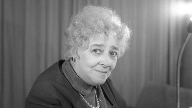 А в октябре 1983 Фаина Георгиевна навсегда оставила сцену из-за проблем со здоровьем. Она ушла просто, без речей и проводов, просто уведомив директора театра о своем решении. А в следующем годуее не стало.