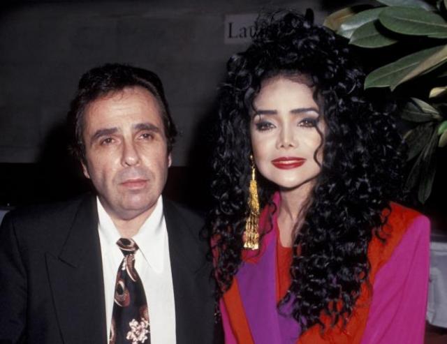 В 1997 году женщина подала на развод, который длился достаточно долго из-за финансовых претензий.