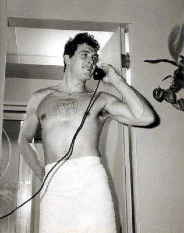 """Рок Хадсон Актер, известный своими ролями в фильмах """"Возлюбленный возвращается"""" и """"Интимный разговор"""", стал жертвой новой болезни в 1983 году, когда во время съемокв Израиле в фильме «Посол» с Робертом Митчэмом его здоровье резко ухудшилось."""