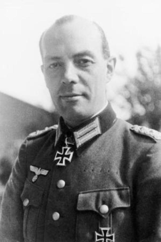 Однако фюрер покинул выставку раньше намеченного времени, а Герсдорф едва успел обезвредить взрыватель.