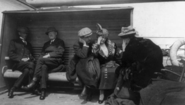 """Посадка пассажиров на борт """"Титаника"""" началась в 9:30 10 апреля. Люди поднимались на """"Титаник"""" по широким сходням."""