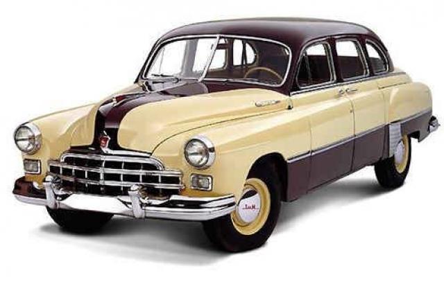 Горьковский автомобильный завод представил свою первую представительскую модель – ГАЗ-12 (или ЗиМ-12), которая производилась серийно с 1950 по 1959 год. Благодаря расширенной за счет выступающий боковин задней части кузова пассажирский диван мог вместить три человека.