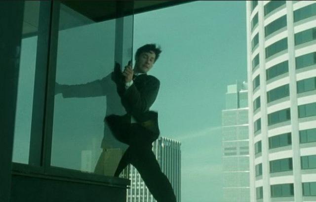 Интересно, что в эпизоде, в котором Нео стоит на карнизе высотой в пару десятков метров и роняет вниз телефон, снимался сам Ривз - он не боялся высоты. То есть, комбинированных съемок тут не было.