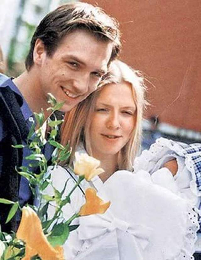 У него семья и двое детей - дочери Александре 10 лет, сыну Ивану - 16. Актер признается, что очень счастлив.