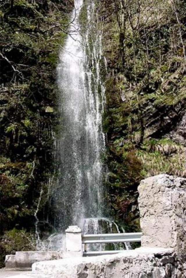 """5 мая 2002 года Ростоцкий выбирает место на съемку у водопада Девичьи Слезы в район горнолыжного курорта """"Красная поляна"""" недалеко от Сочи. Этот район практически безлюдный - вокруг только скалы, на которых иногда тренируются альпинисты. Однако для профессионалов этот участок считается несложным. Видимо, поэтому Ростоцкий, который был каскадером, полез вверх без страховки. Взбираясь по крутому склону, Андрей поскользнулся и упал с 3-метровой высоты."""