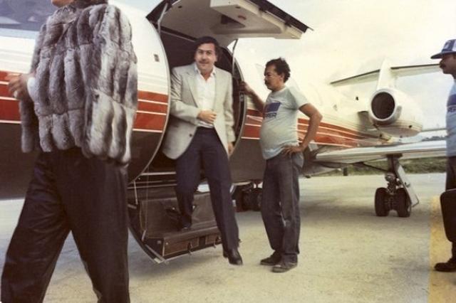 Наркобизнес Пабло Эскобара стремительно разрастался по всей Южной Америке. Он сам начал заниматься контрабандой кокаина в США. Для этого один из приближённых Эскобара, некто Карлос Лейдер, ответственный за переправку кокаина, организовал на Багамах настоящий перевалочный пункт наркотрафика.