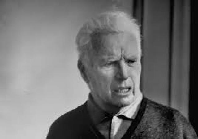 Самое смешное завещание оставил знаменитый комик Чарли Чаплин. Актер завещал 1 миллион долларов тому, кто сможет, выпустим изо рта пять колец дыма сигарет, пропустить сквозь них еще и шестое. Задача оказалась настолько сложной, что до сих пор никто так и не сумел этого сделать.