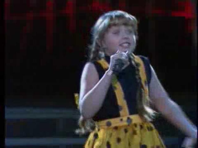 Юлия Началова. Поп-певица занимается музыкой с двух лет. Ее папа был профессиональным композитором, а мама – певицей.