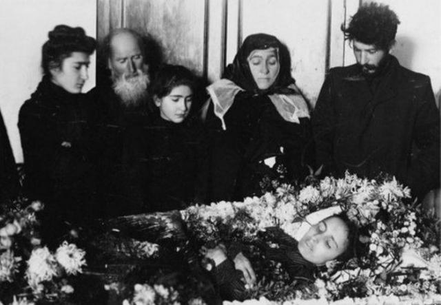 Яков Джугашвили. Первенец вождя родился 18 марта 1907 года в селе Баджи близ Кутаиси. Его мать, Екатерина Сванидзе (на фото), первая жена Сталина, умерла от брюшного тифа спустя всего восемь месяцев.