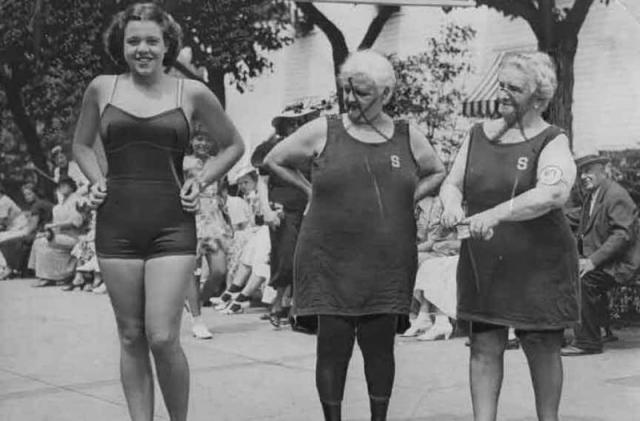 """""""Самая красивая бабушка"""". В 1943 году прошёл всеамериканский конкурс для бабушек. 78-летние конкурсантки миссис Бейлер и миссис Вагнер с неодобрением смотрят на 18-летнюю модель, выпущенную на сцену ради пущей зрелищности.А ради ещё пущей зрелищности на бабках купальники эпохи их юности."""