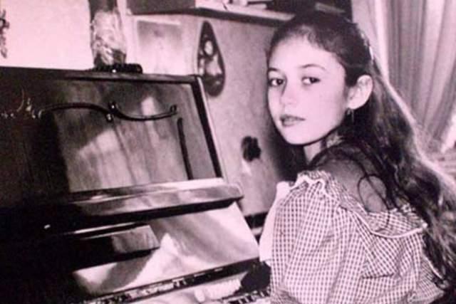 Родилась модель, как мы уже писали, на Украине, окончила школу в Бердянске, Запорожская область. В 16 лет она уехала учиться в Париж, после чего и начала сверкать на международной арене.