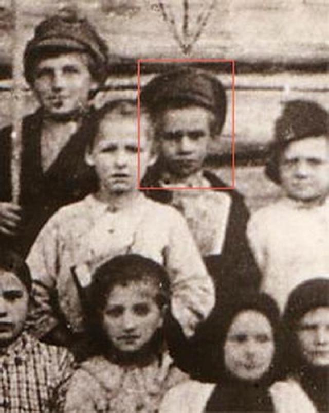 Отец мальчика, Трофим, был партизаном и воевал на стороне большевиков. Однако вернувшись с войны, бросил свою семью с четырьмя маленькими детьми и стал жить с другой женщиной. Трофим был избран председателем сельсовета, но вел бурную личную жизнь - пил и дебоширил.