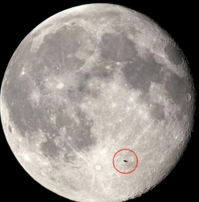 НЛО в суперлуние 2014 года В июле 2014 британскому астроному удалось заснять НЛО на фоне увеличившейся Луны.