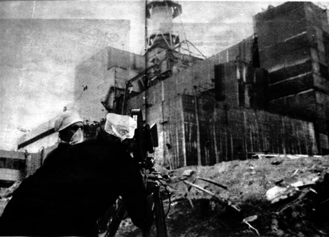 В помещениях первых трех энергоблоков проводилась дезактивация. Строительство саркофага началось в июле и было завершено в ноябре 1986 года.