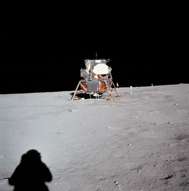 Его высказывания согласуются со снимками НАСА, на которых нет звезд, из за ограниченных возможностей фотоаппаратуры.