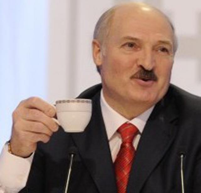 """Александр Лукашенко сменил дату своего рождения. По паспортным данным, Александр Лукашенко родился 30 августа 1954 года, но c 2009 года """"сменил дату своего рождения"""", чтобы праздновать его в один день с младшим сыном."""