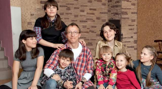 У актера, драматурга и писателя с 1995 года одна и та же супруга - Оксана Арбузова, шестеро детей и ни одного внебрачного.