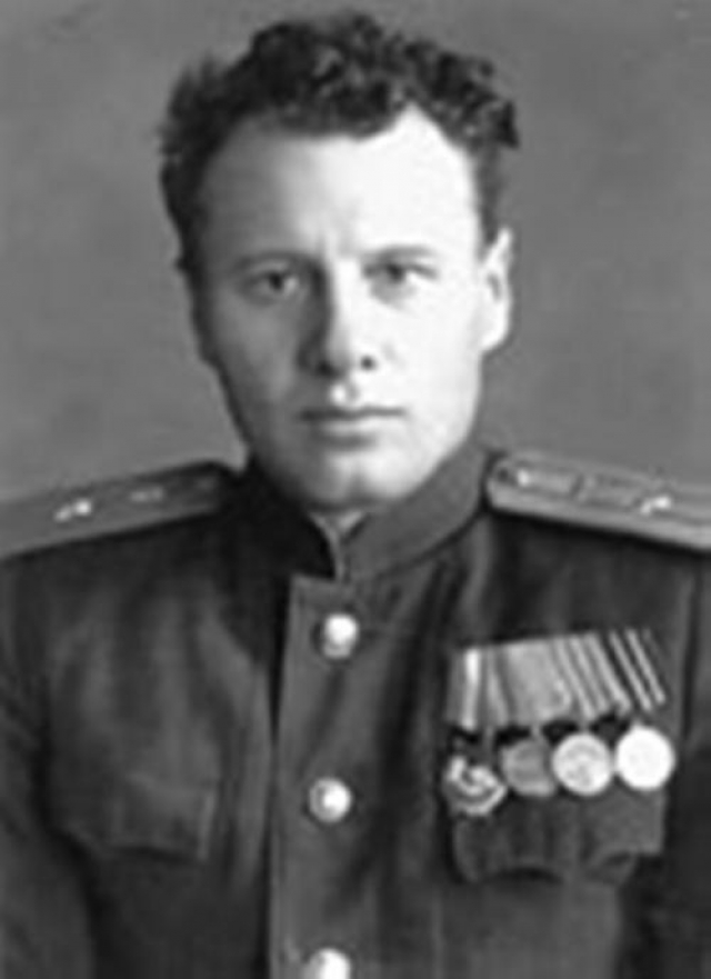 """В январе 1942 года штурман Иван Чисов вылетел на бомбардировку немецких войск в районе станции Вязьмы, но вскоре """"мессершмит"""" подбил его самолет. Необходимо было покинуть горящий самолет, однако немцы добивали наших летчиков в воздухе, поэтому Иван решил спускаться затяжным прыжком."""
