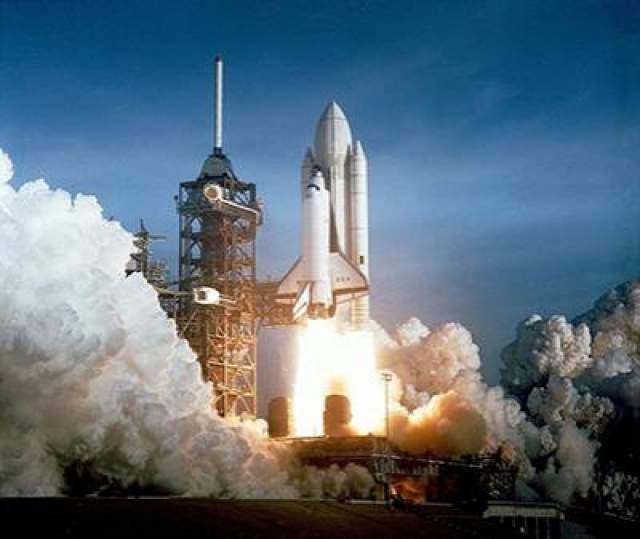 """Первый полет шаттла - """"Колумбия STS-1"""", 12 апреля 1981 года. Также это первый в мировой космонавтике случай, когда пилотируемый полет корабля нового типа был осуществлен без предшествующих беспилотных стартов, что довольно рискованно."""